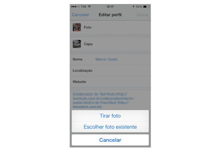 Escolhendo entre tirar uma foto ou escolher uma foto da biblioteca do iPhone para ser utilizada no perfil do Twitter (Foto: Reprodução/Marvin Costa)