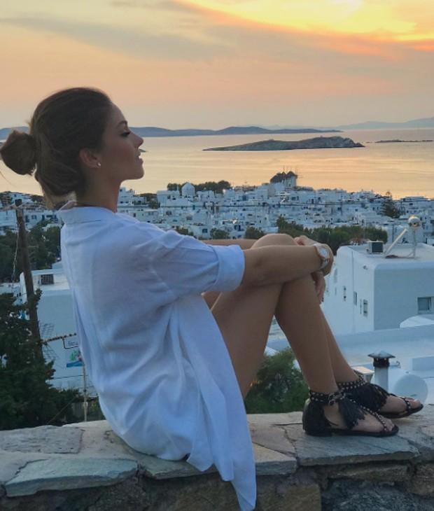 Carol Celico contempla a paisagem em Mykonos (Foto: Reprodução/Instagram)