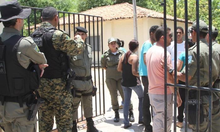 Policiais reforçam entrada do local de prova