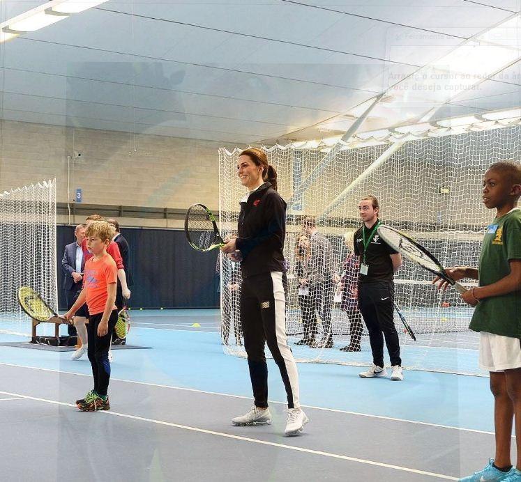 Kate Middleton mostra a barriguinha crescente ao jogar tênis em evento (Foto: Reprodução/Instagram)