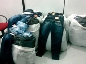 Polícia Civil apreende roupas falsificadas em Contagem (Foto: Divulgação/Polícia Civil)