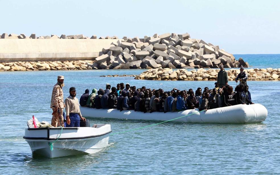 Africanos chegam à costa depois de serem resgatados pelos guardas da Líbia (Foto: Mahmud Turkia / AFP Photo)