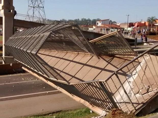 Moradora diz que barulho da queda da passarela foi forte (Foto: Arquivo Pessoal/ Daniela Mota)