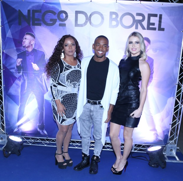 Nego do Borel entre a mãe, Roseli, e a namorada, Julia Schiavi (Foto: Anderson Borde/AgNews)