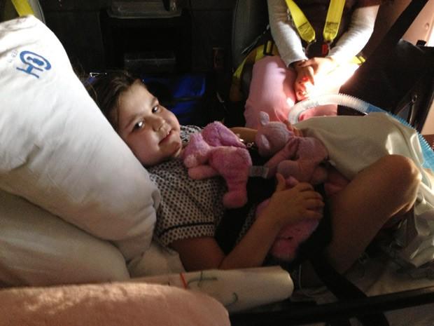 Sarah aguarda para ser levada para casa em ambulância, após receber alta. (Foto: AP Photo/Família Murnaghan)