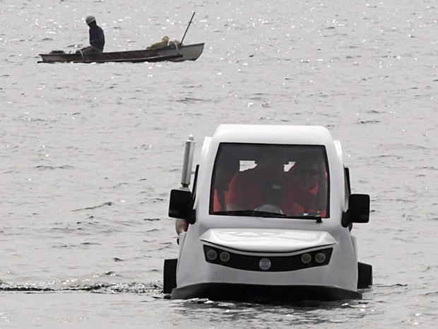 Triciclo anfíbio contra enchentes passa por testes na Filipinas (Foto: Romeo Ranoco / Reuters)