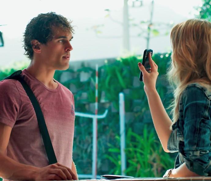 Gabriel fica chocado ao saber que Bárbara fuxicou seu celular (Foto: TV Globo)