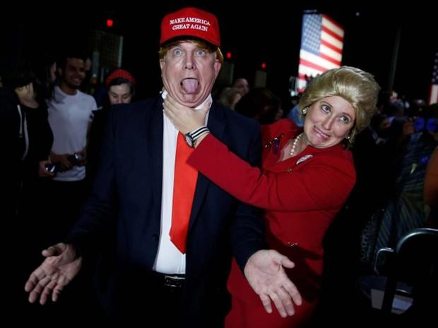 Apoiadores da democrata Hillary Clinton foram ao comício da pré-candidata em Miami, nesta Superterça, fantasiados de Donald Trump e Hillary Clinton (Foto: REUTERS/Jonathan Ernst)