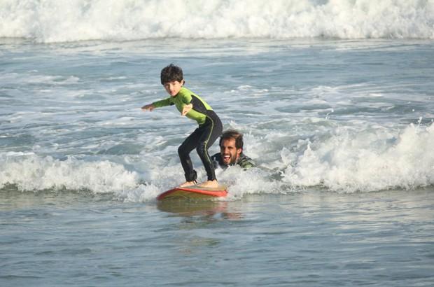 Kauai, filho de Dani Suzuki pegando onda (Foto: AgNews)