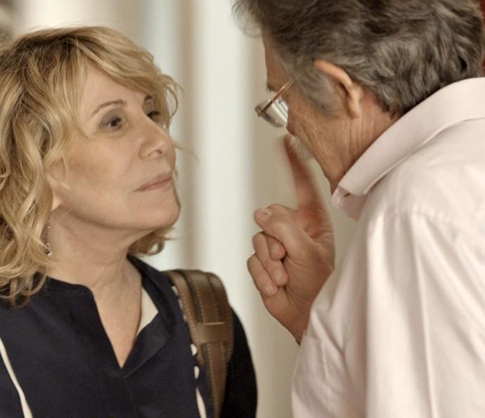 O ricaço faz ameaça à mulher (Foto: TV Globo)