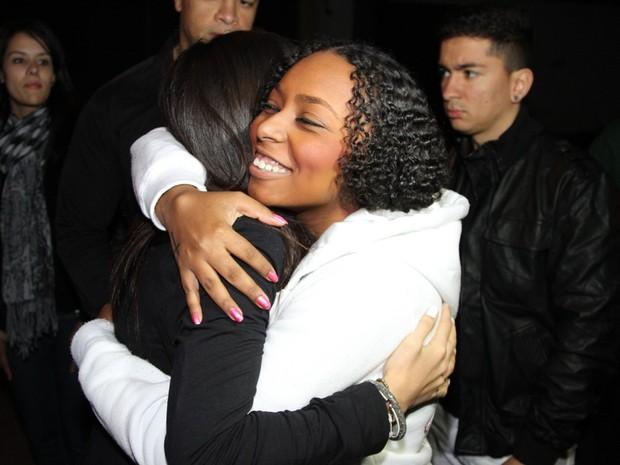 Anitta recebe o carinho de fã antes de show em boate em São Paulo (Foto: Thiago Duran/ Ag. News)