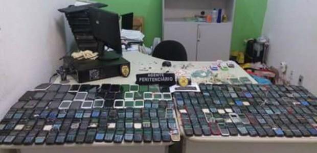 Vistoria encontra mais de 300 celulares em dois presídios da Grande Fortaleza (Foto: Sejus/Divulgação)