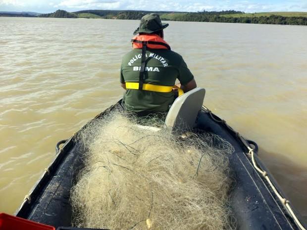 Polícia Ambiental apreendeu 870 metros de rede de pesca, na lagoa Juparanã, em Linhares, Norte do Espírito Santo (Foto: Roberto Martins/ Polícia Ambiental)
