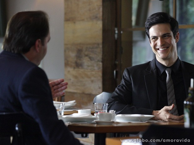 Félix diz ao seu comparsa que tem a laranja perfeita para abrir o negócio (Foto: Amor à Vida / TV Globo)