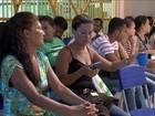 Pais e alunos dormem em filas para fazer matrículas em escolas na Bahia