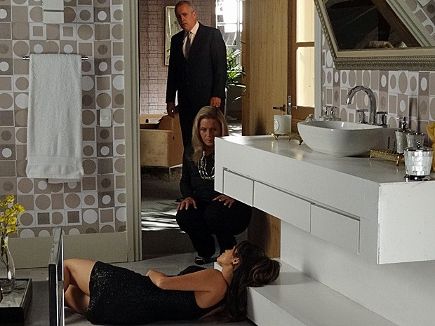 Cliente tenta entender o que aconteceu enquanto Irina conversa com Morena (Foto: Salve Jorge / TV Globo)