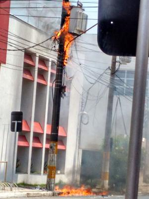 Transformador pega fogo no centro de Fernandópolis (Foto: TEM Você)