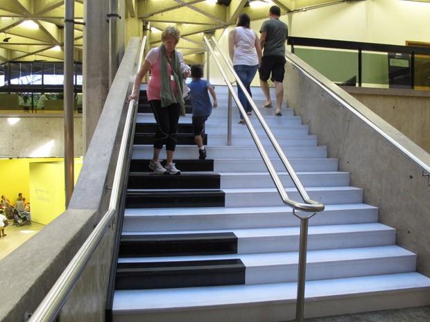 Pessoas de todas as idades passam pela escada para brincar com a novidade (Foto: Silvio Muniz /G1)