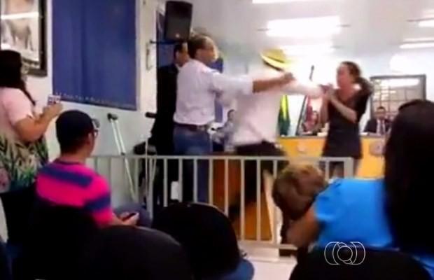 Prefeito, de chapéu, discute com vereador de Piracanjuba, Goiás (Foto: Reprodução/ TV Anhanguera)