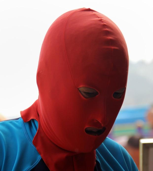 Máscara exibe apenas os olhos, nariz e boca, e é muito utilizada nas praias chinesas (Foto: AFP)