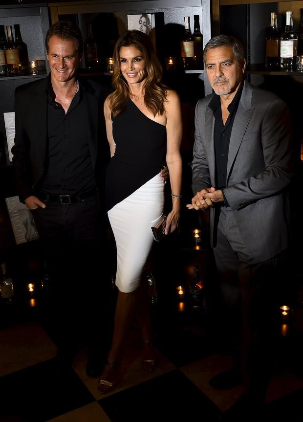 Cindy Crawford com o marido, Rande Gerber, e o ator George Clooney (Foto: REUTERS/Toby Melville)