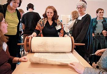 Entre 2004 e 2010, com cinco escribas de Israel, Canadá e Estados Unidos, participei da confecção da primeira Torá das mulheres. Eu era a única escriba diplomada no projeto (Foto: arq. pessoal)
