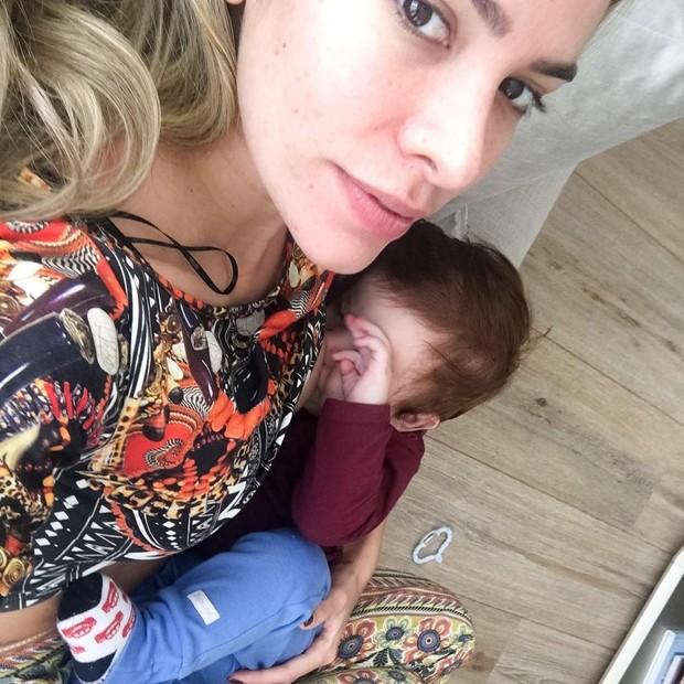 Adriana Sant'Anna posta foto amamentando o filho (Foto: Reprodução / Instagram)