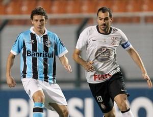 Elano Grêmio e danilo do Corinthians (Foto: Reginaldo Castro / Ag. Estado)