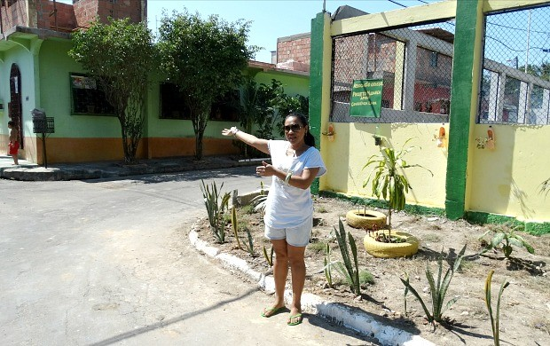 Dona Jane Serrato era vizinha mais próxima da lixeira e ajudou na recuperação do local (Foto: Onofre Martins/Rede Amazônica)