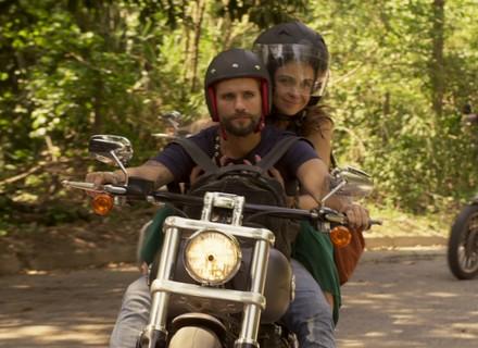 Mario leva Alice para conhecer comunidade carente que está ajudando junto com motociclistas