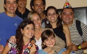 Klara Castanho ganha festa surpresa em dia de gravação