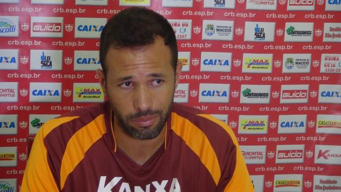 Gabriel reconhece que tempo será adversário do CRB contra o Macaé (Foto: Denison Roma/GloboEsporte.com)