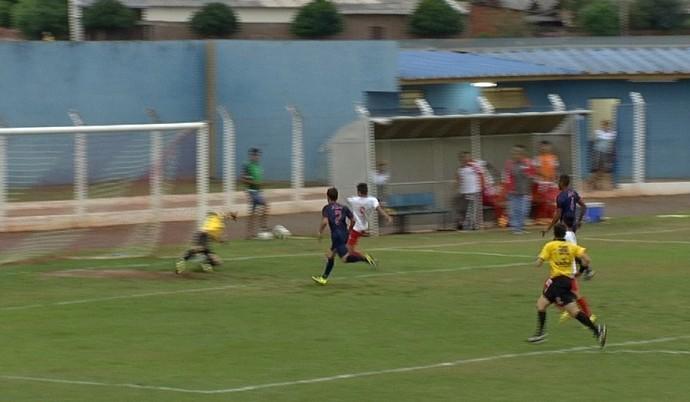 Lance entre Guaicurus e União/ABC pelo estadual sub-19 (Foto: Reprodução/TV Morena)