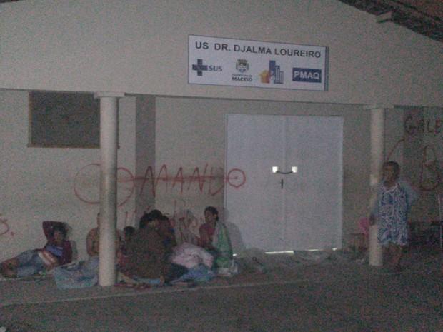 Grupo monta acampamento para dormir na frente de posto de saúde (Foto: Waldson Costa / G1)