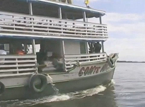 Barco Cmte. Ricardo foi rebocado após ter casco furado por um tronco no rio Solimões, no AM (Foto: Bom Dia Amazônia)