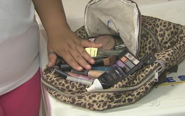 Participante mostra mochila repleta de produtos de beleza (Foto: Reprodução TV Acre)