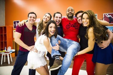 Finalistas da Dança brincam com diretor do quadro do Faustão (Foto: João Miguel Júnior/ TV Globo)