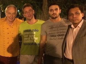 Deputado Carlos Minc foi à Praça São Salvador apoiar o ato contra a homofobia (Foto: Daniel Silveira / G1)