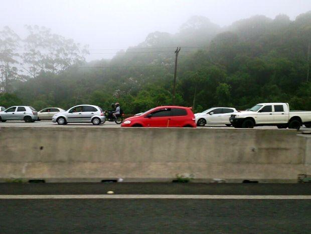 Motoristas encontram trafégo lento na descida da Serra na manhã deste sábado (Foto: Guilherme Lúcio / G1)