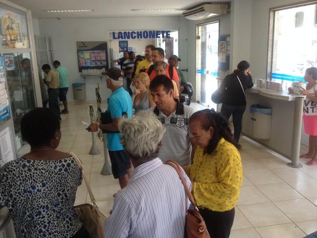 Filas em lotérica continuam grandes após sete dias de greve dos bancários em Rondônia (Foto: Hosana Morais/G1)