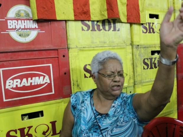 A aposentada Maria Onorina afirma que tem 73 anos e não perdeu o samba no pé (Foto: Marcos Dantas/G1 AM)