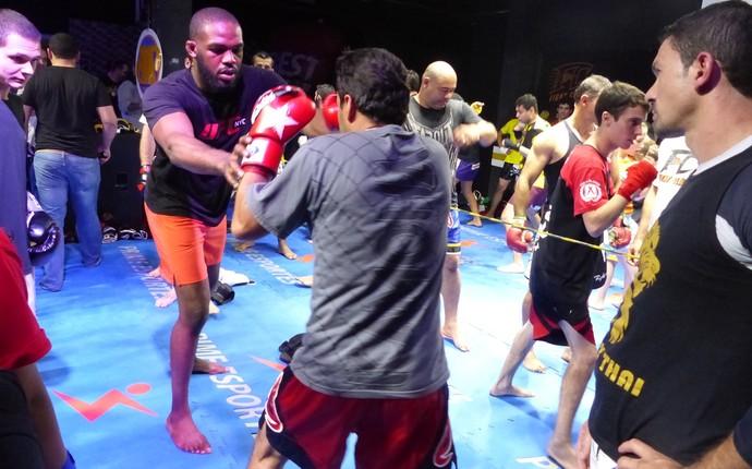 Lutador ensinou técnicas e deu dicas aos participantes (Foto: Monique Silva)