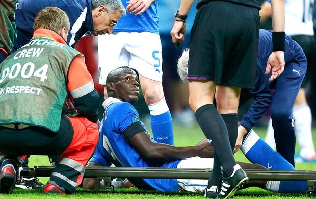 Mario Balotelli deixa o jogo da Itália contra a Alemanha (Foto  Reuters) 2e4f71b33dd85
