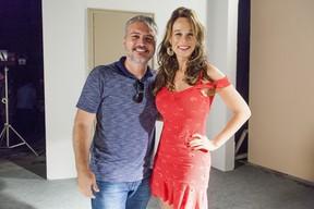 Fred Mayrink com Mariana Ximenes nos bastidores da novela Haja Coração (Foto: Globo/Sergio Zalis)