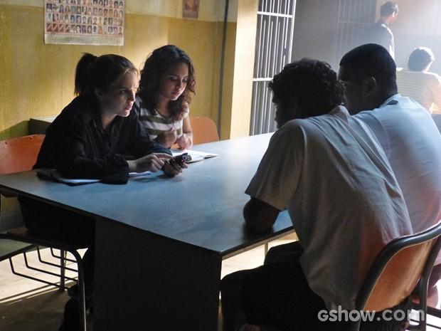 Anita e Julia conversam com os detentos (Foto: Malhação / Tv Globo)