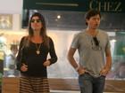 Prestes a dar à luz, Joana Balaguer passeia no shopping
