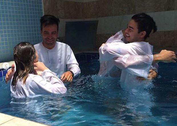 Yudi Tamashiro se batizando na igreja evangélica (Foto: Reprodução/Instagram)