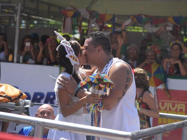 O cantor Nonô Germano se casa com Daniela Freire em cima do trio elétrico durante o desfile do Galo da Madrugada. (Foto: Luka Santos/G1)
