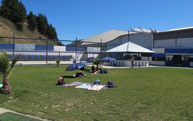Estrutura da sede social do Huachipato - Área para banho de sol com quadra de vôlei de praia ao fundo (Foto: Rafael Cavalieri)