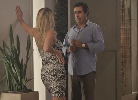 Suely tenta seduzir Hugo, mas é dispensada pelo ex